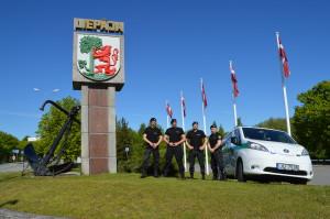 Liepājas pilsētas Pašvaldības policijas darbinieki pie Liepājas robežas vizuālā simbola