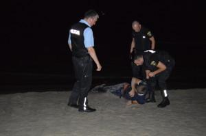 Pašvaldības policijas darbinieki palīdz iereibušam vīrietim pludmalē